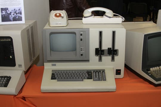 Una computadora de IBM. Nótese el módem analógico y la doble diskettera (para discos de 8 pulgadas).. Foto: Gentileza Museo de Informática