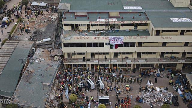 Decenas de rescatistas trabajaban ayer en la escuela Rebsamen