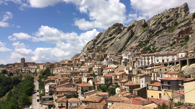 """A 50 km de Potenza, en el sur de la """"bota"""", calles angostas y casas de piedra y teja"""