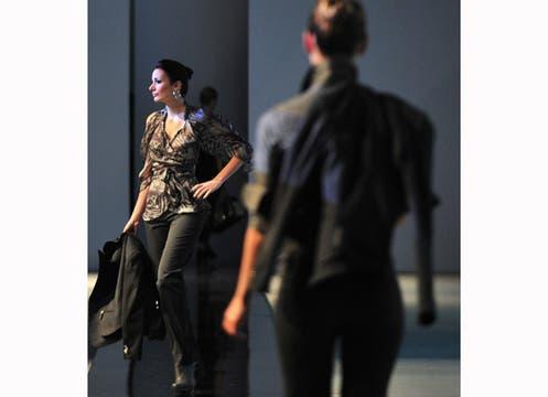 Su colección constra de una línea formal, con vestidos de seda y transparencias y otra más casual, con jeans, detalles de cuero y pieles. Foto: AFP