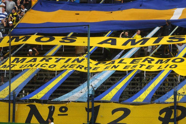 La bandera a favor del goleador, en la tribuna xeneize