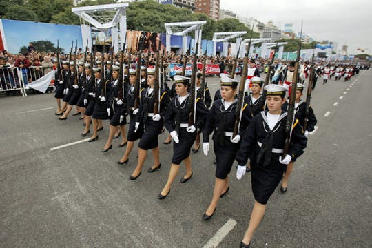 Una multitud participó de las celebraciones por los 200 años de la Patria. Foto: EFE