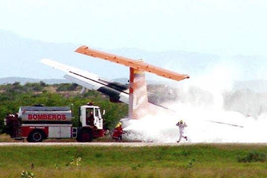 Equipos de rescate en el sitio donde un ATR-42 avión se estrelló en Puerto Ordaz, Venezuela. Foto: Reuters
