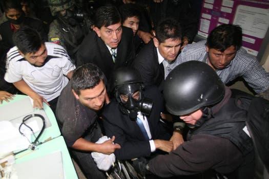 Los militares lograron sacar a Correa del hospital, en el que estuvo nueve horas. Foto: EFE / lanacion.com