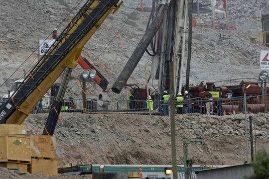 Refuerzan el ducto por el que sacarán a los mineros atrapados. Foto: LA NACION / Aníbal Greco