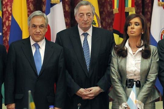 Néstror Kirchner junto a Cristina Kirchner y el presidente de Chile, Sebastián piñera, durante un cumbre extraordinaria de la UNASUR, 1 de octubre de 2010. Foto: Reuters