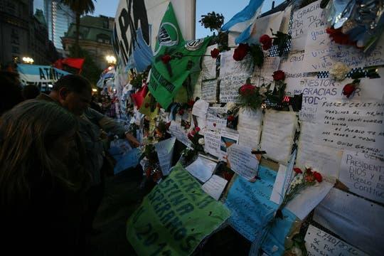 Las personas comenzaron a hacer cola para poder entrar en la Casa Rosada desde muy temprano y pasaron la noche en la pLaza. Foto: LA NACION / Julián Bongiovanni