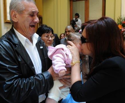 Cristina besa un bebé y recibe el afecto de la gente. Foto: Presidencia de La Nación