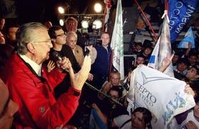 Gioja, anoche, cuando se dirigió a los manifestantes partidarios para celebrar el triunfo del sí en el plebiscito por la reelección