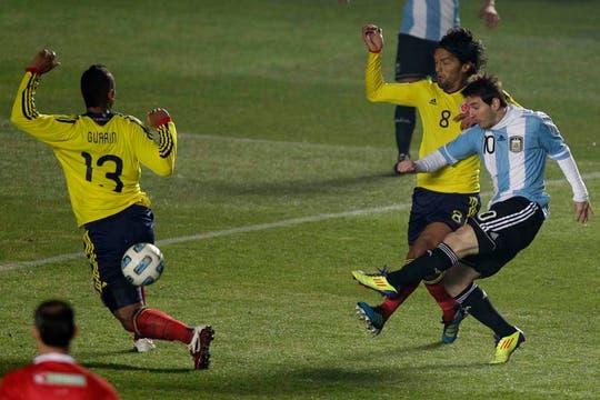 Messi remata al arco en una de sus pocas apariciones. Foto: AP