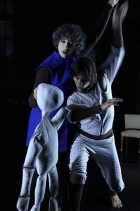 Una titiritera, un títere y una bailarina dan vida a cuerpo extranjero, en El Portón de Sánchez