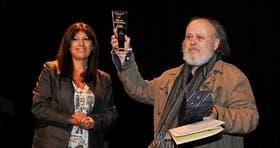 La concejal rosarina Clara García, al entregar el premio a Shakespear