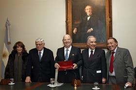 Magdalena Ruiz Guiñazú, Hermenegildo Sábat, el doctor Bartolomé Mitre, Lauro Laíño y José Ignacio López
