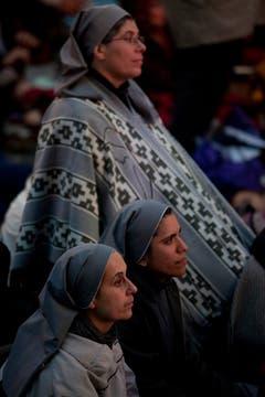 Desde las pantallas de la Catedral se siguió la asunción de Francisco. Foto: LA NACION / Ezequiel Muñoz