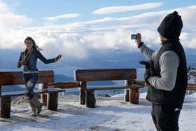 Los colombianos Ana Santos y Edwin Rodríguez disfrutan de la nieve en el refugio Lynch, en el cerro Catedral