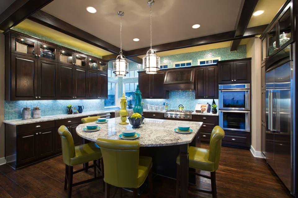La combinación de verde ácido y aguamarina enciende el clima de una cocina ultramoderna. Las maderas oscuras y los sillones de líneas netas aportan la cuota de sobriedad..