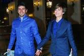 Vestidos con chaquetas engamadas y pantalones chupín de tonos azulados, sonrieron para los flashes antes de entrar al evento.