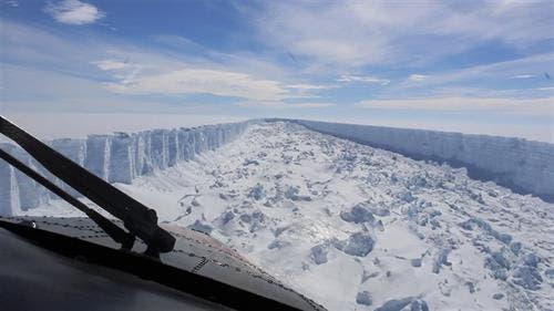 La última imagen que se tomó en febrero de la grieta en la barrera Larsen C, de donde se desprendió el iceberg