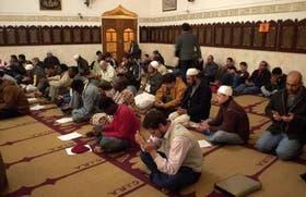 Un grupo de musulmanes reza en la mezquita Al-Ahmad, en el barrio porteño de San Cristóbal