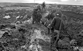 Tropas argentinas al final de uno de los más cruentos combates en las islas