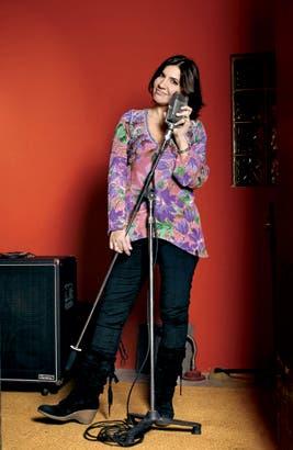 Elizabeth Vernaci y el micrófono, dos compañeros inseparables