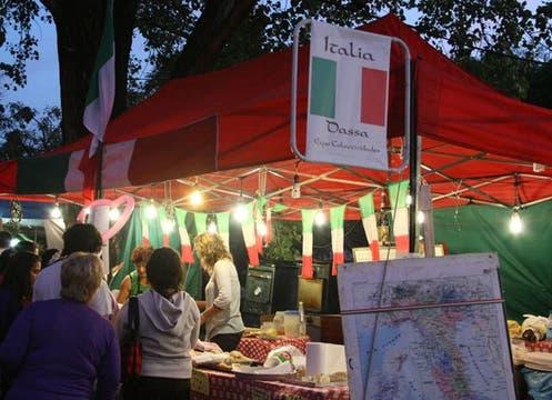La plaza Mitre, en Villa Ballester, exhibió comidas, artesanías y música de todos los países del mundo. Foto: Alejandro Di Ciocchis