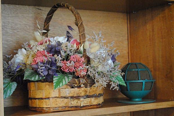 Un arreglo con flores secas. Foto: Cecilia Wall