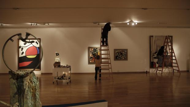 Pleno montaje de la muestra, que se compone de cincuenta piezas entre pinturas y esculturas
