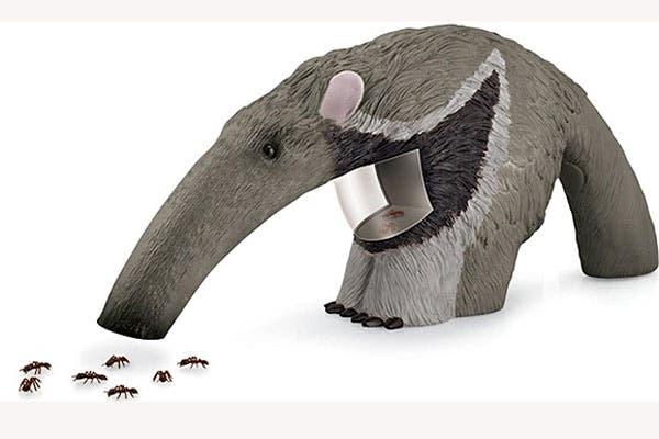 Este oso hormiguero es un juguete para chicos que sacó National Geographic. Aspira hormigas y otros insectos sin dañarlos, ¡aunque podés usarlo para levantar las migas del mantel!. Foto: Foto: www.fatbraintoys.com
