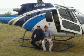 Roberto Abate y su compañero Juan Calderón, en el helicóptero siniestrado