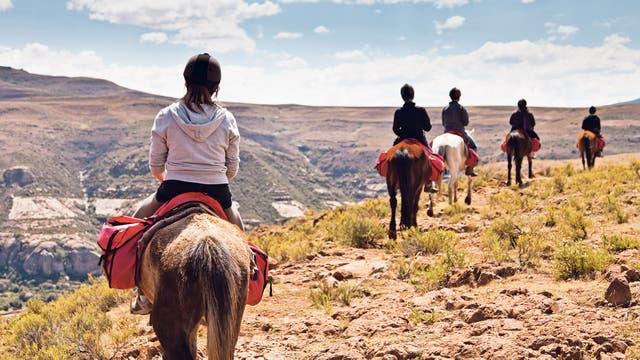 Para sentirse un poco como San Martín, andar a caballo entre montañas puede ser un gran plan