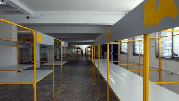 Los puestos miden 2 por 1,5 metros; dentro del galpón hay lugar para 81 manteros relocalizados