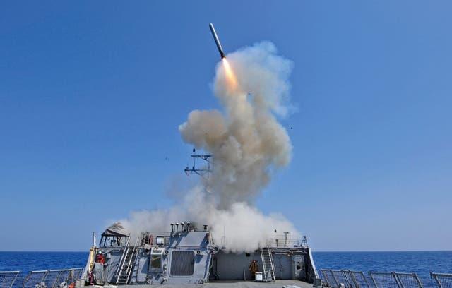 Un misil Tomahawlk es lanzado desde un buque de guerra de la OTAN en 2011 como ejercicio de prueba