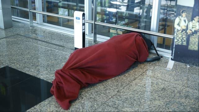El frío afecta a quienes intentan dormir en el suelo