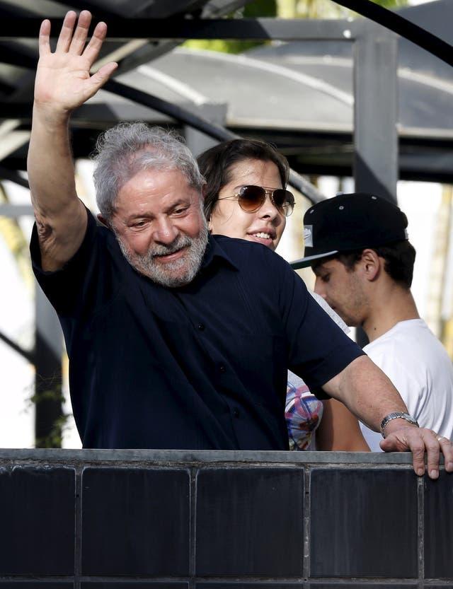 Lula saludó ayer a sus seguidores al regresar a su casa