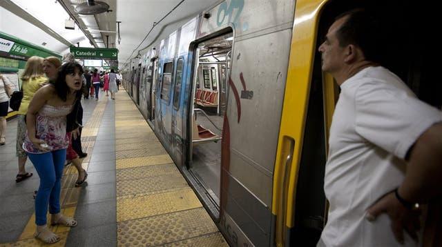 Tras enterarse del alcance total de la medida de fuerza, una mujer insulta a un maquinista en la estación 9 de Julio