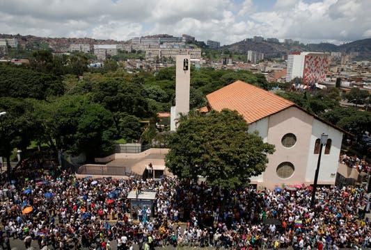 La gente se acercó a una iglesia en Caracas para emitir su voto contra Maduro. Foto: Reuters