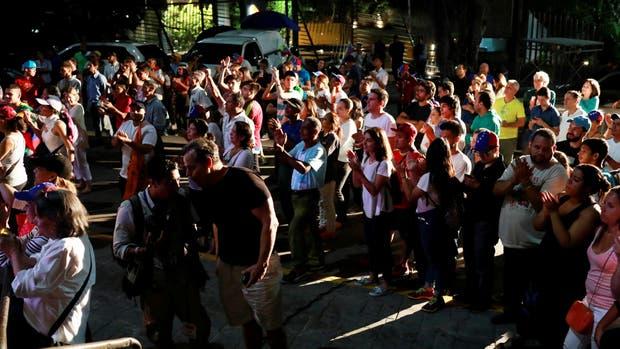 Partidarios de la oposición esperando los resultados de la consulta popular en Caracas