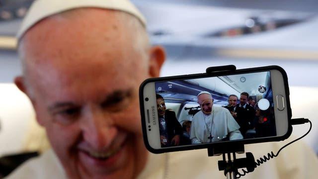 El Papa pidió diálogo y estabilidad para Venezuela en su vuelo a Colombia