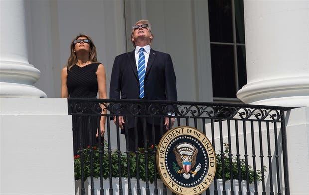 Melania y Donald Trump se tomaron ayer unos minutos para ver el eclipse desde uno de los balcones de la Casa Blanca