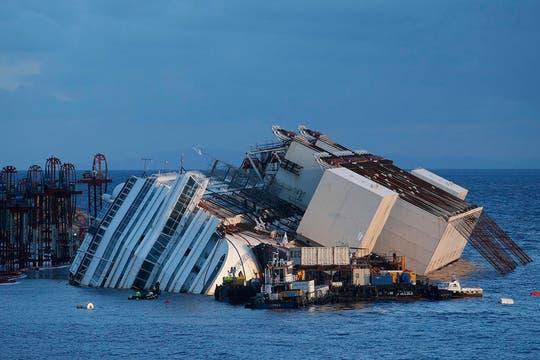 Personal capacitado trabaja en las operaciones para enderezar el crucero Costa Concordia, que encalló hace 20 meses. Foto: Reuters