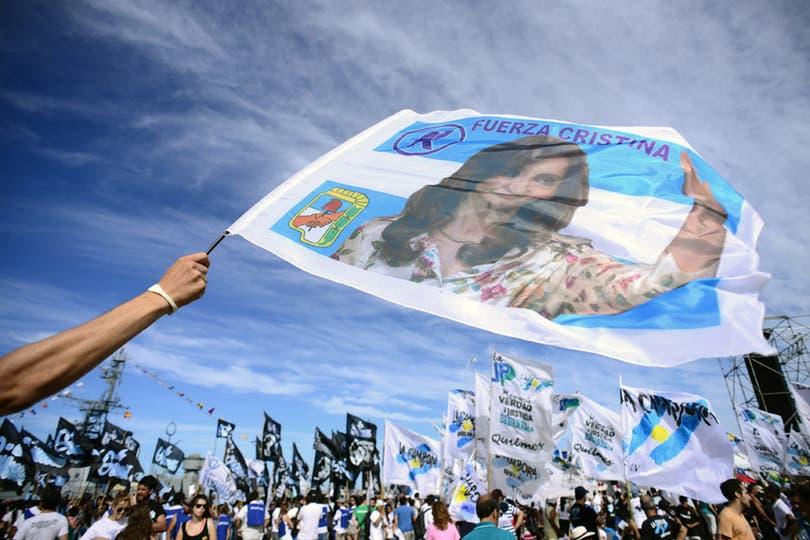Gran cantidad de banderas K esperan a la Fragata desde temprano. Foto: AFP