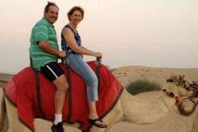 José Alperovich disfrutó en Emiratos Árabes de paseos en camellos junto a su esposa, la senadora Beatriz Rojkés