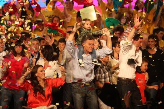 Bailes y festejos en el bunker de Pro, los candidatos salieron al escenario para festejar la victoria en los comicios. Foto: LA NACION / Silvana Colombo