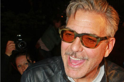 George Clooney, alegre, después de festejar su cumpleaños en un bar en Alemania. ¿Cuántos? 52. Foto: AFP