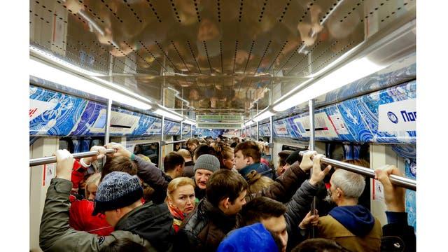 Viaje en el metro durante la hora pico en Moscú, Rusia