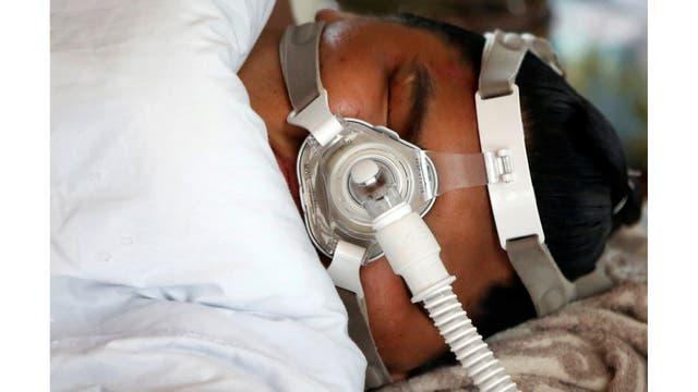Para mantener su peso, los luchadores duermen durante varias horas inmediatamente después de comer, usando máscaras para ayudarlos a respirar.
