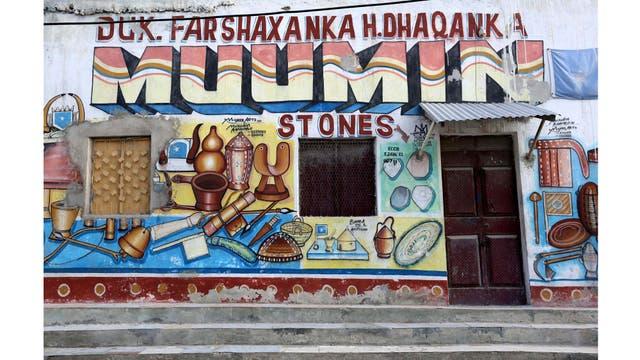 Una tienda muestra herramientas y equipos somalíes tradicionales en el distrito de Hamarweyne