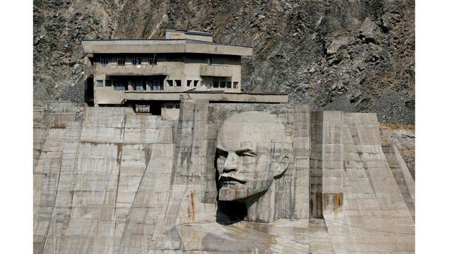 Un bajorrelieve que representa a Lenin en una presa del embalse de Kirov en la región de Talas, Kirguistán occidental