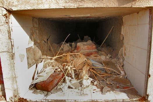 El interior de un nicho abierto; los pueblerinos recuerdan que, tras la inundación, se veían flotar los ataúdes. Foto: LA NACION / Mauricio Giambartolomei